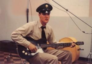 """Elvis con una Danelectro 56 """"Baritona"""""""
